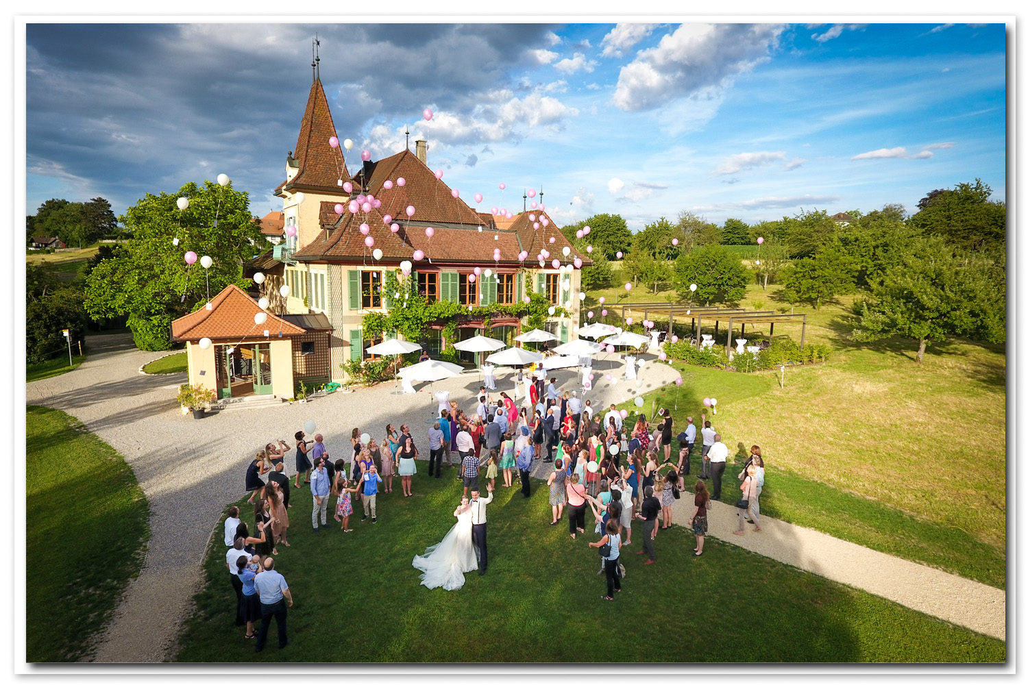 photo mariage au drone, lâcher de ballon