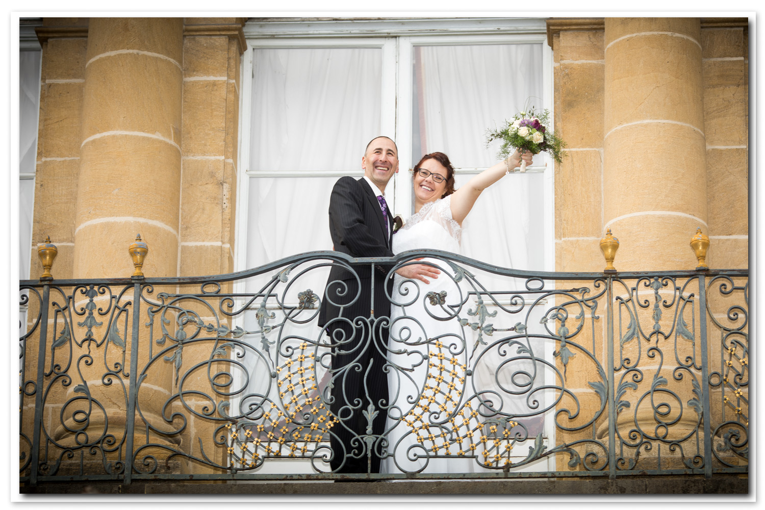 photo de couple sur balcon du palais du peyrou